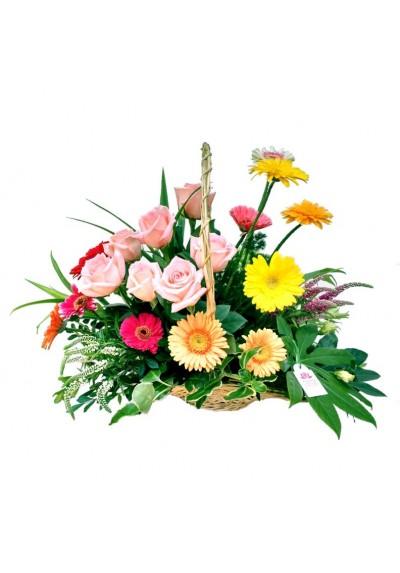 Canasta con 12 rosas y gerberas