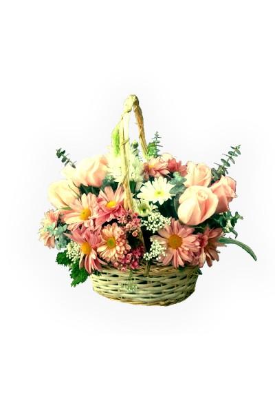 Canasta con flores primaverales