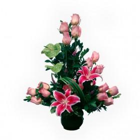 Rosas y anturios en florero