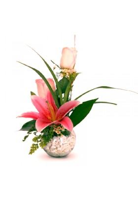 Rosas y lilium en pecera